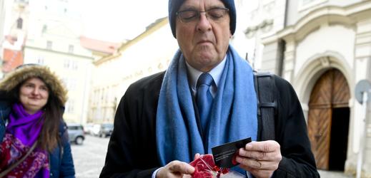 Poslanec TOP 09 Miroslav Kalousek si prohlíží symbolické zlomené srdce.