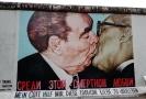 Brežněvův berlínský polibek.