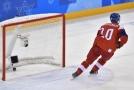 Roman Červenka střílí gól na zimních olympijských hrách v Pchjongčchangu.