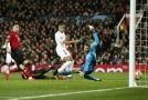 Kylian Mbappé překonává Davida De Geu v brance Manchesteru United.
