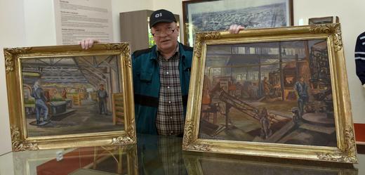 Historik Jiří Beran ze sokolovského muzea ukazuje na snímku ze 13. února 2019 obrazy Julie Bérové z 50. let, které muzeu zapůjčila sklárna O-I v Novém Sedle.