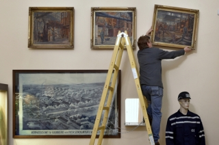 Sokolovské muzeum představilo 13. února 2019 nové předměty v expozici nazvané Sklářství na Sokolovsku, které mu zapůjčila sklárna O-I v Novém Sedle. Jsou mezi nimi například obrazy Julie Bérové z 50. let (na snímku nahoře), historická veduta sklárny (vlevo dole) nebo moderní pracovní oděv skláře (vpravo dole).