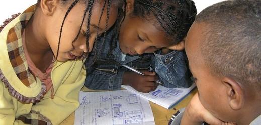 Školní pomůcky pro 7 dětí.