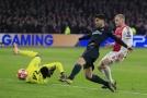 Marco Asensio překonává Onanu v brance Ajaxu.