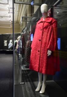 Výstava představuje příběh českého emigranta a obchodníka s hedvábím Ziky Aschera, jemuž se podařilo po odchodu z Československa vybudovat v Londýně úspěšnou firmu specializovanou na látky, která spolupracovala s proslulými módními domy a světovými umělci.