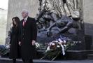 Americký viceprezident Mike Pence před pomníkem povstání ve varšavském ghettu.