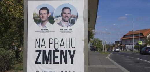 Lukáš Dohnal (na billboardu vlevo) by se měl stát novým starostou Prahy 11.