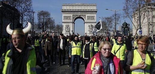 Žluté vesty na pařížském bulváru Champs-Elysées.
