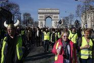 """""""Macrone, dojdeme si pro tebe domů,"""" provolávají žluté vesty v Paříži"""