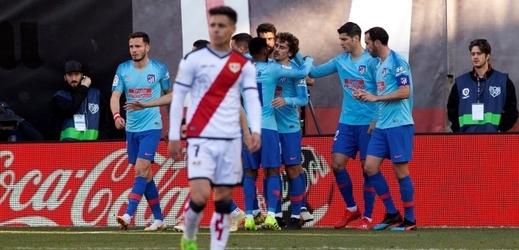 Hráči Atlética (vzadu) se radují z jediné branky do sítě Vallecana.