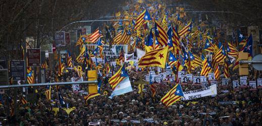 Desetitisíce lidí protestovaly v Barceloně na podporu souzených politiků.