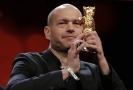 Nadav Lapid převzal cenu za film Synonyma.