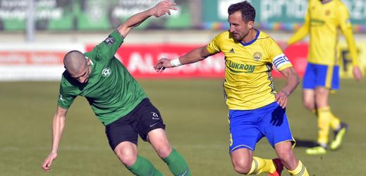 Jan Rezek (v zeleném) v souboji o míč s Petrem Jiráčkem.