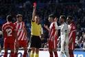 Kapitán Realu Sergi Ramos (v bílém) dostal v utkání červenou kartu. Jeho tým prohrál 1:2.