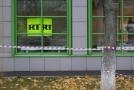 Logo ruské televize RT v okně kancelářské budovy v Moskvě.