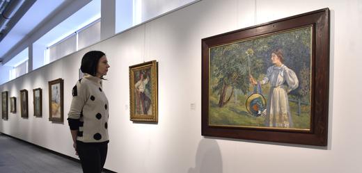 Žena si prohlížela 19. února 2019 obraz s názvem Velké pastorále od malíře Miloše Jiránka, jehož výstavu ve stejný den zahájila Krajská galerie výtvarného umění ve Zlíně.
