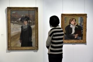 Podobizna dámy v zimní krajině (vlevo) a Podobizna paní Wenigové od malíře Miloše Jiránka.