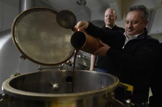 Na snímku jsou (zleva) ředitel pivovaru Ondřej Koucký a výrobní ředitel společnosti Heineken Milan Schramm.