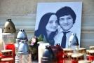 Pietní místo na náměstí Svobody ve slovenském městě Skalica se svíčkami u fotografie zavražděného slovenského novináře Jána Kuciaka (vpravo) a jeho zavražděné snoubenky Martiny Kušnírové.