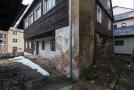 Zchátralá památkově chráněná roubenka v sousedství Sklářského muzea v Novém Boru (na snímku z 20. února 2019) se v rámci projektu Cesta skla dočká rekonstrukce.