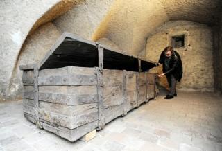 Ideální klima dochovalo dubovou truhlu s mohutným kováním do současnosti. Na snímku z 6. března je historik Ivo Křen.