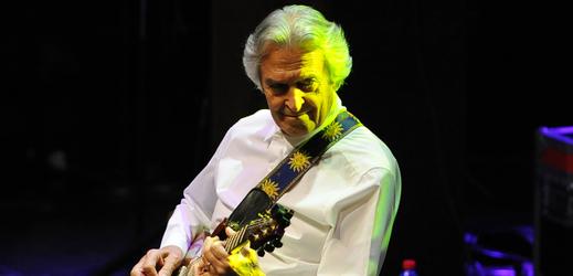 Kytarista John McLaughlin.