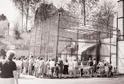 Na nedatované černobílé fotografii je výběh opic, snímek vpravo pořízený 20. února 2019 ukazuje, jak stejné místo vypadá dnes.