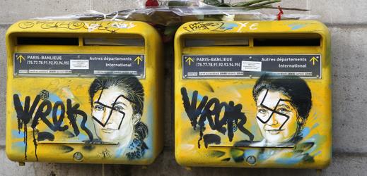 Poštovní schránky s hákovým křížem.