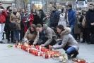 Lidé zapalovali k poctě Jána Kuciaka svíčky.