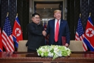 Červnová schůzka amerického prezidenta Donalda Trumpa a severokorejského vůdce Kim Čong-una.