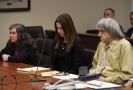 Louise (vlevo) a David (vpravo) Turpinovi s advokátkou (uprostřed) u soudního slyšení.