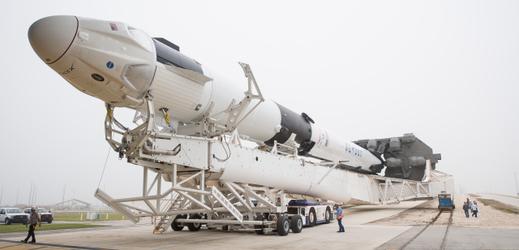 Crew Dragon na raketě Falcon 9 před zkušebním vztyčením na startovací rampu.