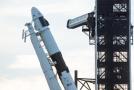 Raketa Falcon 9 s kosmickou lodí Crew Dragon společnosti SpaceX.