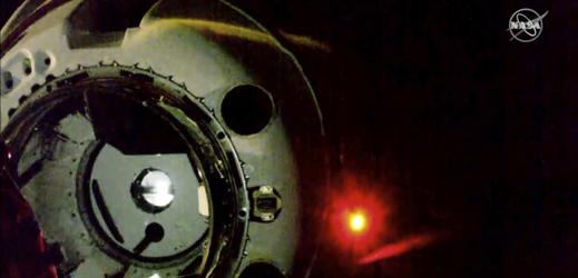 Kosmická loď Crew Dragon hlásí úspěšné spojení s ISS.