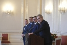 Zprava prezidentův mluvčí Jiří Ovčáček, prezidentův tajemník Jaroslav Hlinovský a ředitel hradního protokolu Vladimír Kruliš a prezident Miloš Zeman.