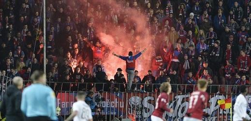 Až deset let vězení hrozí muži za zranění ženy pyrotechnikou při sobotním utkání fotbalové ligy mezi pražskou Spartou a Plzní.