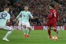 Mohamed Salah při snaze uvolnit jednoho ze svých spoluhráčů.