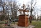 Dělníci začali 13. března stavět v Bezručových sadech u historického centra Olomouce repliku původní dřevěné zvoničky.