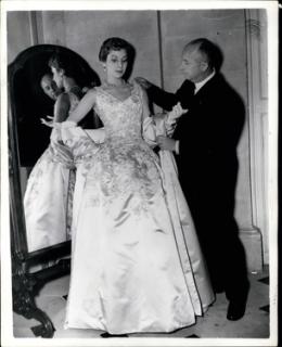 Christian Dior při úpravě svého modelu.