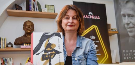 """Radka Denemarková se svojí novou knihou """"Hodiny z olova""""."""