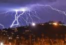 Dechberoucí bouře nad Los Angeles.