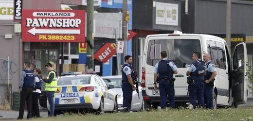 Policejní zátarasy na místě činu.