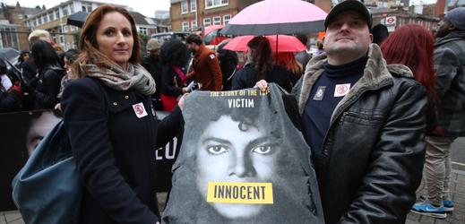 Fanoušci s plakátem vyjadřující podporu Michaelu Jacksonovi.