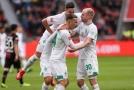 Fotbalisté Brém se radují z vítězství na hřišti Leverkusenu.