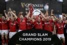 Ragbisté Walesu s trofejí pro vítěze Six Nations.
