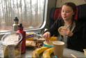 Greta Thunbergová obklopena jídlem zabaleném v plastu.