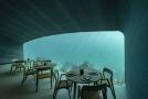 Během dne proniká do restaurace přirozené světlo filtrované zelenomodrou barvou oceánu.