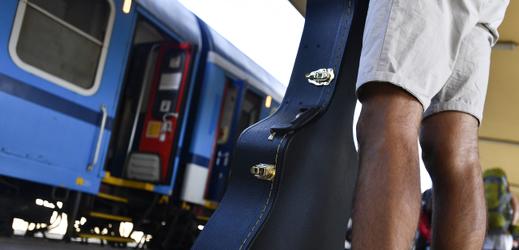 Cestující čeká na vlak směřující do Banátu.
