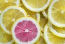 Vitamin C je obsažen v ovoci i v zelenině.