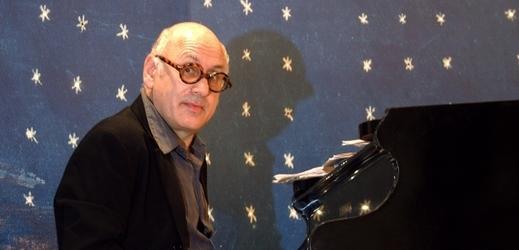 Britský hudební skladatel Michael Nyman.